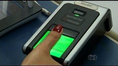 Eleitores fazem o recadastramento biométrico do título em Jataí, GO - Atualização do documento será obrigatória a partir de 17 de agosto. Como o município, outros 98 devem passar a contar com sistema de biometria.