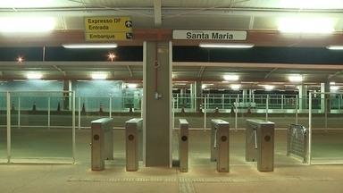 Bandidos deixam vigilantes do expresso DF de cuecas após assalto - Três homens chegaram armados ao terminal de Santa Maria, perto da meia-noite. Eles trancaram 3 funcionários na sala de energia e pediram a chave da bilheteria.
