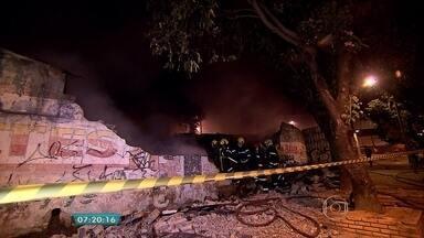 Incêndio atinge oficina em Contagem, na Região Metropolitana de Belo Horizonte - Segundo o Corpo de Bombeiros, as chamas atingiram veículos e peças.