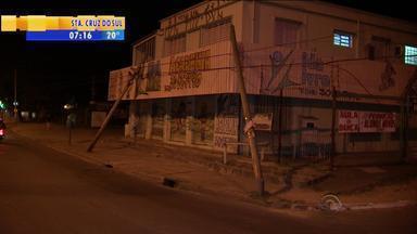 Dois postes caem em cima de prédio na Zona Leste de Porto Alegre - Assista ao vídeo.