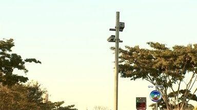 Radares instalados na BR-153 começam a multar nesta segunda-feira - A partir desta segunda-feira (10) os motoristas que passarem pela rodovia BR-153, uma das mais perigosas da região, precisam ficar mais atentos. Os 12 novos radares instalados no trecho da rodovia começam a multar os motoristas que desrespeitarem a velocidade máxima permitida no local.