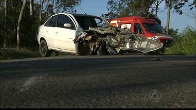 Cinco pessoas morrem e outra fica ferida em acidente grave na PB-032 - Dois carros bateram de frente e em um deles motorista e passageiros estariam sem cinto de segurança.