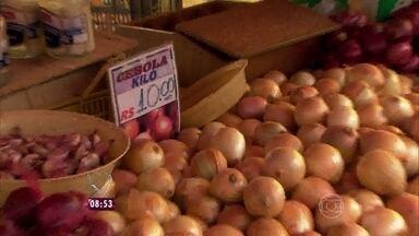 Repórter Fabricio Battaglini constatou a inflação da cebola em feira, em SP - O quilo do alimento chega a custar até R$ 10