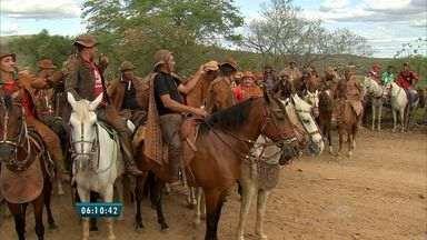 Bom Dia Ceará vai ao Canindé conferir uma pega de boi na mata - Festa resgata tradição dos homens com gibão e chapéu de couro.