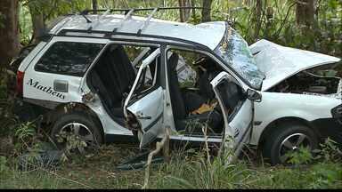 Acidente grave deixa cinco pessoas mortas em rodovia estadual na Paraíba - Dois carros bateram de frente entre as cidades de Alhandra e Pedras de Fogo. Cinco pessoas morreram e uma ficou ferida.