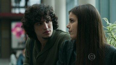 Angel é fria com Guilherme após se entregar a Alex - Angustiada, a modelo não consegue disfarçar diante do namorado