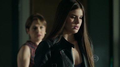Angel se sente culpada por trair a mãe - Alex inventa para Carolina que estava trabalhando no escritório