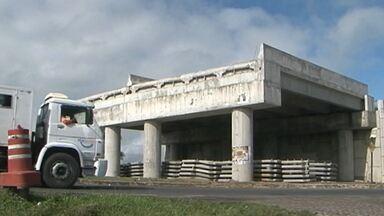 Obra de viaduto está parada há mais de um ano em Santo Estevão - Segundo a prefeitura, o problema é a falta de verba federal para concluir o serviço.