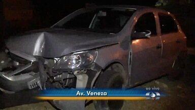 Carro bate em canteiro central de avenida em Goiânia - Veículo quebrou um coqueiro na batida. Segundo Corpo de Bombeiros não houve feridos.