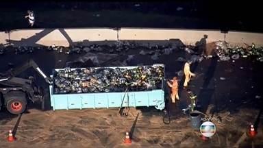 Caminhão tomba em importante rodovia de São Paulo - A carga de refrigerante ficou derramada na pista, mas já está sendo retirada. Um dos principais acessos da Rodovia Ayrton Senna , que liga a capital ao Vale do Paraíba.