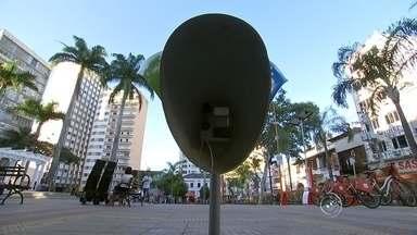 """Com 280 milhões de celulares no Brasil, 'orelhões' caem em desuso - As vendas de linhas telefônicas móveis não param de crescer – no final de 2014, já eram mais de 280 milhões de celulares no Brasil. Enquanto isso, os telefones públicos, mais conhecidos como """"orelhões"""", caem no esquecimento. Segundo a Anatel, cada aparelho faz, em média, apenas duas ligações por dia."""