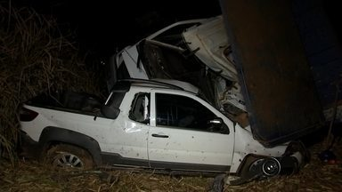 Acidente entre caminhão e veículos deixa feridos em Novo Horizonte - Um grave acidente entre um caminhão e dois veículos matou uma pessoa e deixou outras três gravemente feridas na tarde desta segunda-feira (10), na rodovia Deputado Leônidas Pacheco Ferreira, que liga as cidades de Borborema a Novo Horizonte (SP).