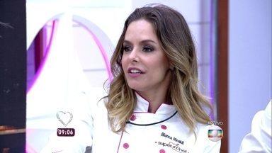 Participantes do Super Chef Celebridades confessam que estão sonhando com comida - Bianca Rinaldi revela que fez pudim, mas ele quebrou na hora de desenformar