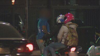 Briga de trânsito em Campinas irrita moradores do bairro Cambuí - Um motorista seguia em um carro prata quando foi fechado por um casal em uma moto. O homem desceu do carro e os três começaram a discutir ali mesmo, no meio da rua.
