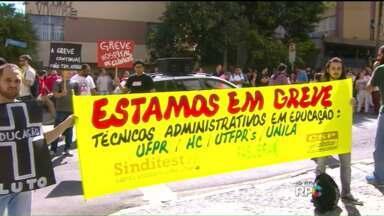 Manifestantes favoráveis à greve da UFPR ocupam cruzamento no Centro - O protesto foi realizado no cruzamento da Rua Dr. Faivre com a Rua Amintas de Barros.