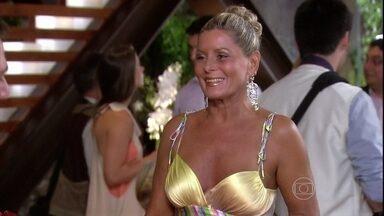 Chiara recebe os convidados durante a inauguração do centro estético - Murilo conta que Raj foi embora do Brasil após terminar o noivado