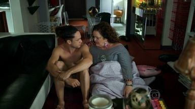 Lourdeca questiona sexualidade de Visky - Após bebedeira, os dois acordam lado a lado e se surpreendem mais uma vez. Fanny desconfia dos dois funcionários