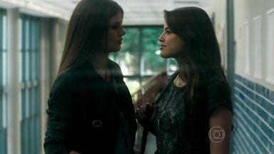 Giovanna conta segredo a Angel - Disposta a construir uma carreira como modelo internacional, patricinha pede à 'irmã' que não conte os planos para Alex