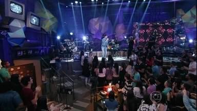 Fábio de Melo se apresenta no programa 'Altas Horas' - Padre canta o samba 'Amigo onde Deus é'