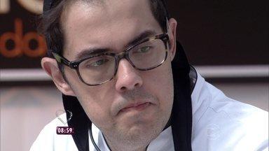 'Super Chef': confira as caras e bocas de Fernando Ceylão durante workshop - Namorada do humorista manda recado carinhoso e pede para ele ficar na competição