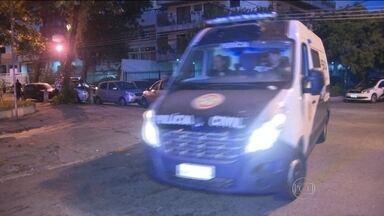 Polícia do Rio prende duas mulheres por venda de passaportes falsificados - Elas são suspeitas de mandar matar um dominicano que tentou comprar o documento falso. As câmeras de vigilância registraram a correria na rua por causa dos tiros. O dominicano Junior Acosta morreu.