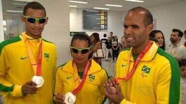 Capixabas que participaram do Parapan voltam pro ES - Os atletas chegaram no aeroporto de Vitória com medalhas no peito. A competição aconteceu no Canadá.