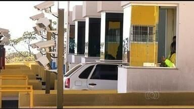 Moradores continuam a pagar pedágio em Cristalina, GO - A empresa que administra a via e a Agência Nacional de Transportes Terrestres afirmaram que ainda não foram notificadas sobre a suspensão da cobrança.