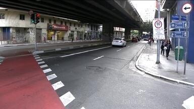 Homem morre atropelado por uma bicicleta, numa ciclovia, em São Paulo - O acidente ocorreu nesta terça-feira (18), no canteiro central embaixo do Minhocão. Segundo o filho da vítima, o homem de 78 anos estava atravessando a rua para comprar pão quando foi surpreendido por um ciclista.