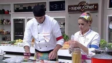 'Super Chef': prova define qual dupla ganhará a imunidade - Participantes têm que preparar um prato usando mariscos