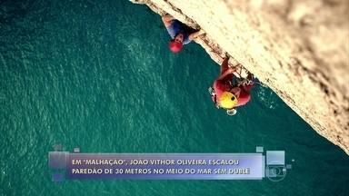 O ator João Vithor Oliveira escalou paredão de 30 metros em Arraial do Caba sem dublê - Ele encarou o desafio para gravar cenas de seu personagem em Malhação