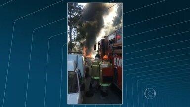 Ônibus pega fogo em Santa Teresa, no Rio - Ainda não se sabe que o incêndio foi criminoso ou se foi provocado por uma pane mecânica. Bombeiros conseguiram controlar as chamas. Não houve vítimas.