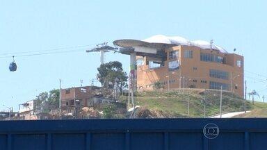 Moradora do Complexo do Alemão, no Rio, é atingida por bala perdida durante tiroteio - Um intenso tiroteio na madrugada de quarta-feira (19), assustou moradores. Pessoas que moram na parte alta da comunidade não conseguiram voltar para suas casas. O patrulhamento foi reforçado na região.