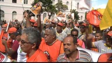 Funcionários terceirizados fazem passeata no Centro do Recife - Eles trabalham em escolas, hospitais e outros órgãos públicos.