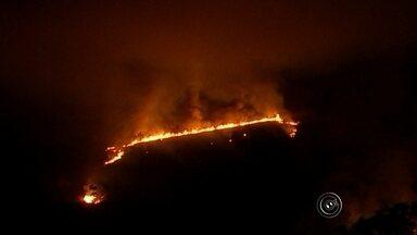 Número de queimadas aumenta na região de Sorocaba - Aumentou o número de queimadas na região de Sorocaba (SP). A população está sentindo os problemas causados por esses incêndios. Nas rodovias, o risco de acidente é alto. Na terça-feira (18), um incêndio foi registrado às margens da Castello Branco em São Roque. Bombeiros de três cidades também tiveram de ir para Mairinque (SP) um incêndio em uma fábrica de reciclagem de pneus.
