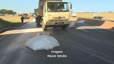 Três toneladas de fertlizante caem de caminhão em rodovia de Ribeirão Preto, SP - Produto ficou espalhado pela pista, perto do Anel Viário.