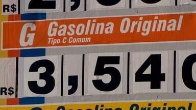 Muitos postos de combustíveis do DF cobram o mesmo valor pela gasolina - Dos 13 postos de todo o Eixinho L,, dez cobram R$3,54. O valor é o mesmo nos cinco postos do Guará.