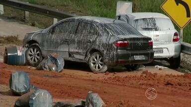Engenheiro ambiental tira dúvidas de como identificar produtos tóxicos - Na terça-feira (18), galões com resina tóxica caíram de caminhão e atingiram três pessoas; acidente aconteceu na BR-393 (Rodovia Lúcio Meira), em Barra do Piraí.