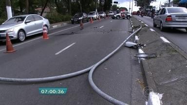 Carro bate em poste em avenida na Zona Sul da capital - A colisão provocou a queda do poste na Avenida Interlagos. O automóvel foi retirado do local.