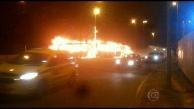 Ônibus do BRT e táxi pegam fogo após acidente na Ilha do Governador, no Rio - O acidente aconteceu na manhã desta quinta-feira (20), na entrada da Cidade Universitária, perto do Hospital do Fundão.