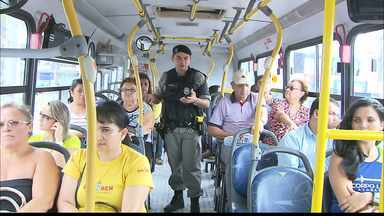 Passageiros de ônibus de João Pessoa reclamam da insegurança - Assaltos são constantes e fazem com que as pessoas mudem a rotina, evitando levar celulares e grandes bolsas enquanto viajam. A Polícia dá dicas de como evitar ser alvo dos bandidos.