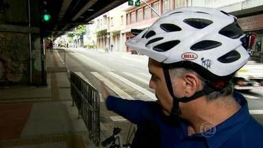 Ciclista aponta mudanças que poderiam melhorar a segurança em ciclovia do Minhocão - Uma das medidas sugeridas pelo cicloativista é a colocação de grades ao longo de toda a ciclovia, que separaria pedestres e ciclistas.