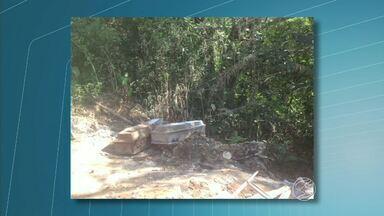 Advogado fala dos direitos dos familiares que tem entes enterrados - No cemitério do bairro Belém estão descartando caixões com restos mortais.