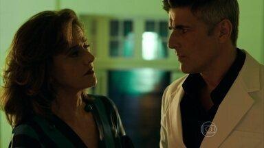 Fanny convence Anthony a sair com Maurice - Estilista impõe condição para entregar a representação de sua grife para a empresária