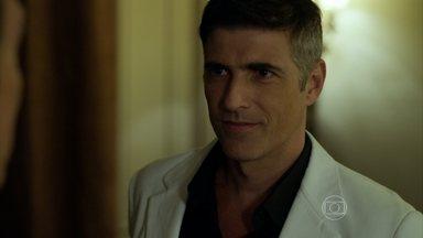 Anthony passa a noite com Maurice - Modelo comunica a Fanny que o desfile do estilista será dela