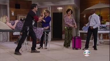 A síndica oferece as roupas de seu filho para o bebê de Isa - Maura faz piada com as roupas da síndica (Beatriz Montez) e Júlio diz que look dela é 'over'