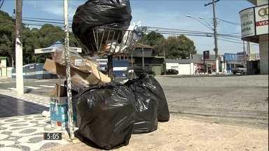 Moradores do Guarujá protestam por falta da coleta de lixo - Um grupo de mroadores recolheu todo o lixo do bairro e transportou até a prefeitura. Na internet, o poder público disse que a coleta está suspensa por falta de recursos.