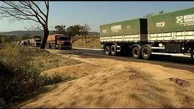 Acidente na BR-452 deixa rodovia congestionada em Goiás - Batida envolveu um caminhão e um carro. Motorista do carro sofreu fraturas e foi levado para o Hugo.