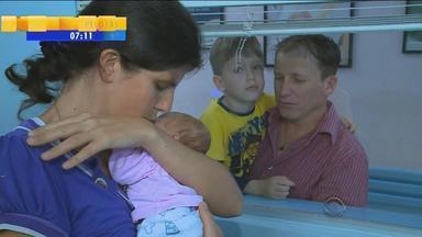No dia em que teve nascimento previsto, bebê que nasceu prematura pode ir para casa - A pequena nasceu com apenas seis meses de gestação, mas com apoio da família, ela se recuperou.
