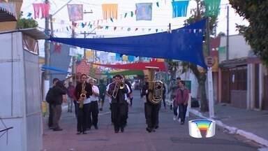 Tradicional alvorada percorre o Morro da Imaculada em Taubaté, SP - Moradores acordaram cedo no domingo (23) para acompanhar os músicos.