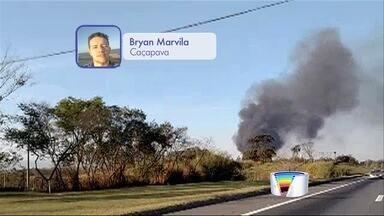 Incêndio atinge área de galpão de reciclagem em Caçapava, SP - Fogo teve início por volta das 16h deste domingo (23) no bairro Vila Galvão.